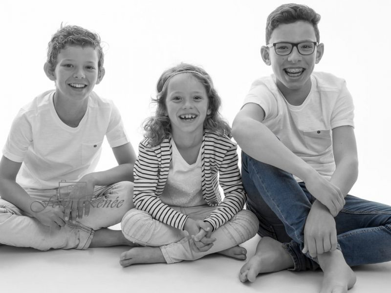 Portret-gezin-lachend-zwart wit