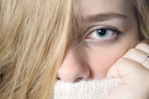 Close up vrouw met witte trui