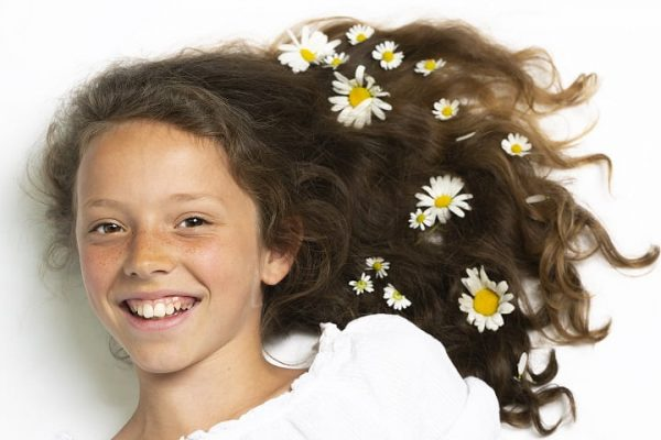 Portretfoto meisje met bloemen in haar