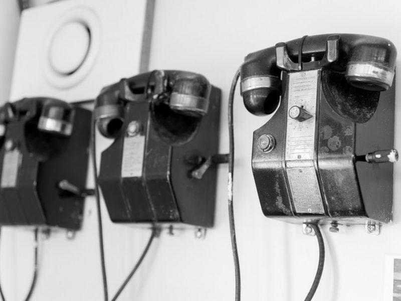 Telefoons in zwart wit drie op een rij